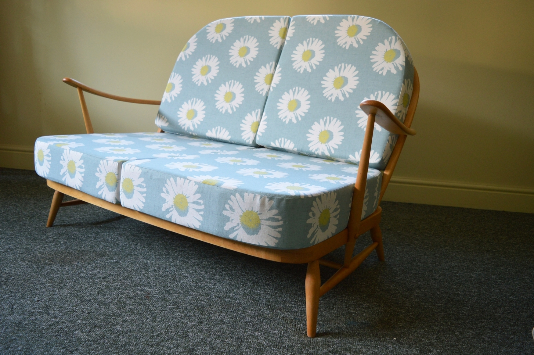 ercol-vintage-windsor-two-seat-sofa-compact-design-with-bright-bold-daisy-print