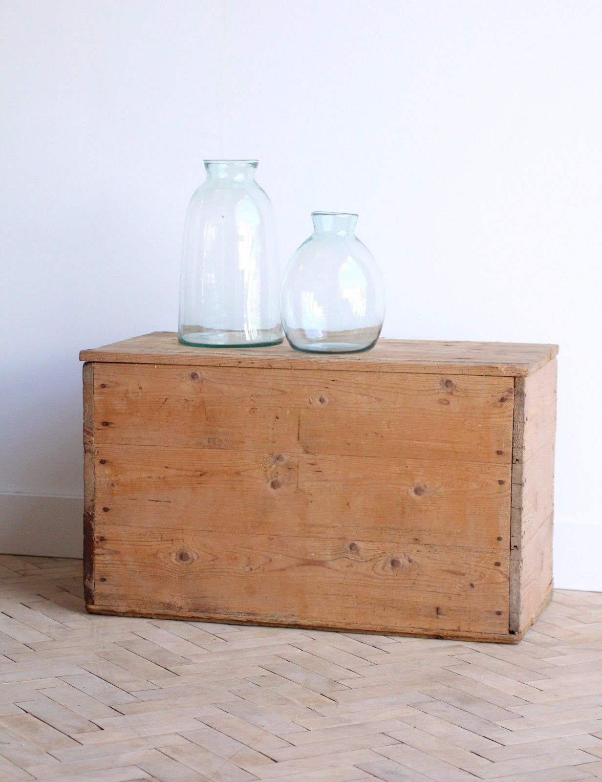 vintage-rustic-wooden-pine-trunk-box