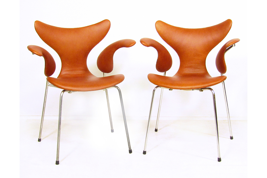 large_two-1970s-lily-chairs-in-leather-by-arne-jacobsen